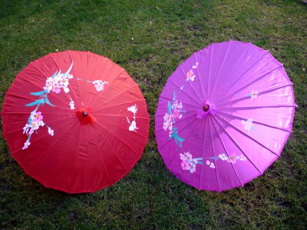 Sombrillas de madera y tela con un estampado de flores - Tela de paraguas ...